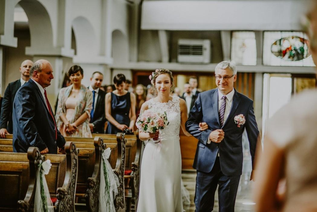 Tata wprowadza pannę młodą do kościoła, rustykalny ślub