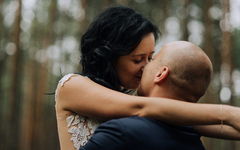 para młoda na sesji ślubnej w lesie pod Krakowem